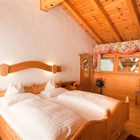 Großraumblick vom Doppeltbett mit Schlafgalerie von der Familiensuite Kitzbühel