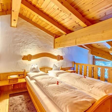 Schlafecke mit Doppeltbett bei Dachschräge von der Familiensuite Kitzbühel