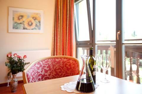 Weindekanter auf einem Tisch im Komfort-Einzelzimmer Seeblick