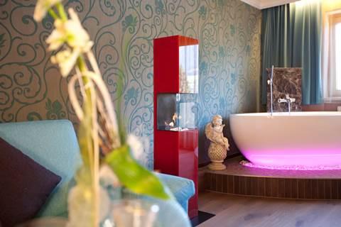 Dekor-Kamin und Badewanne bei der Private Wellness-Suite Tirol