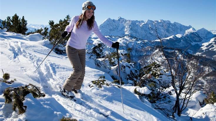 Frau unterwegs auf Skiern