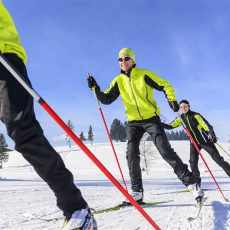 Drei Langläufer beim skaten