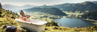 Man sits in a bathtub on the Lippenalm