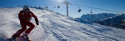 Skifahrer fährt eine Abfahrt entlang