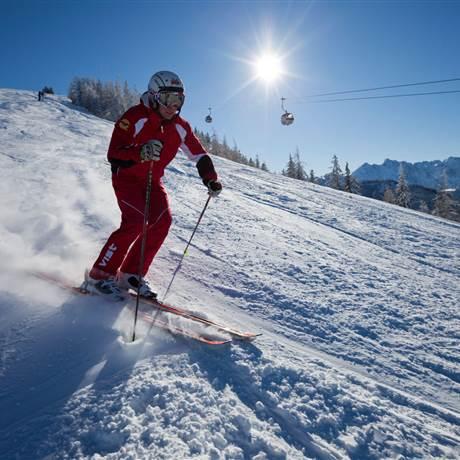 Mann fährt Ski bei strahlendem Sonnenschein