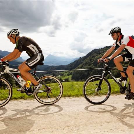 Zwei Mountainbiker auf einer Talabfahrt