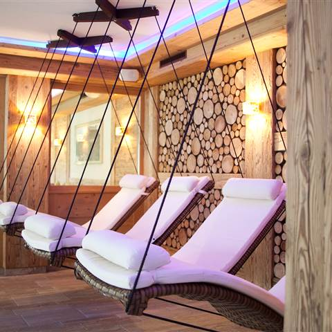 Wellness loungers in front of a wooden wall