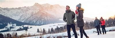 Pärchen beim Winterwandern in Tirol